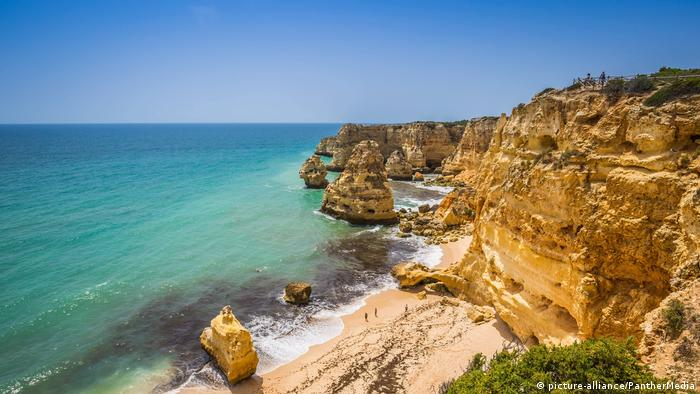 Beach of Praia da Marinha, Portugal (picture-alliance/PantherMedia)