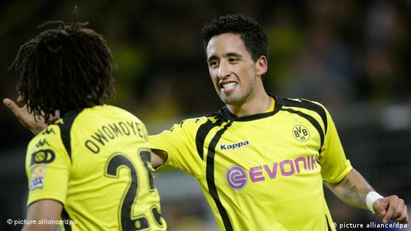 Der zweifache Dortmunder Torschütze Lucas Barrios (r.) freut sich mit Patrick Owomoyela über seinen Treffer zum 1:0. (Foto: dpa)