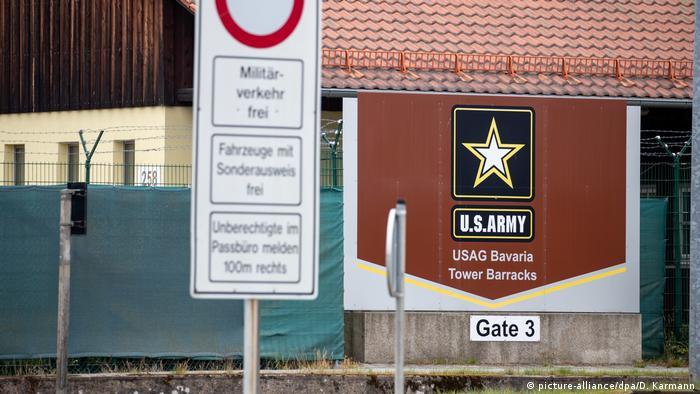 Ein Schild an einem Eingang zum Truppenübungsplatz der US-Armee am Truppenübungsplatz in Grafenwöhr