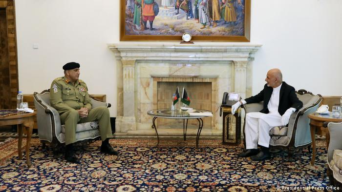 ملاقات و گفتگوی رئیس جمهور افغانستان با رئیس ستاد مشترک ارتش پاکستان (عکس از آرشیف)