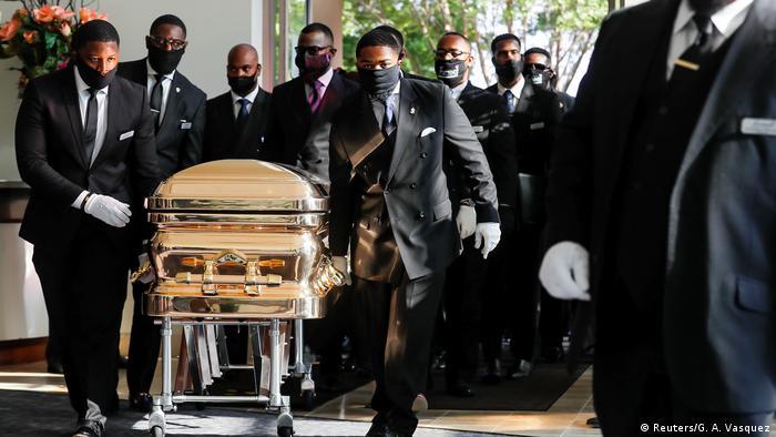 Homens levam caixão de Floyd