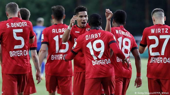 فرحة لاعبي فريق ليفركوزن بالتأهل لمباراة نهائي كأس ألمانيا على حساب فريق زاربروكن