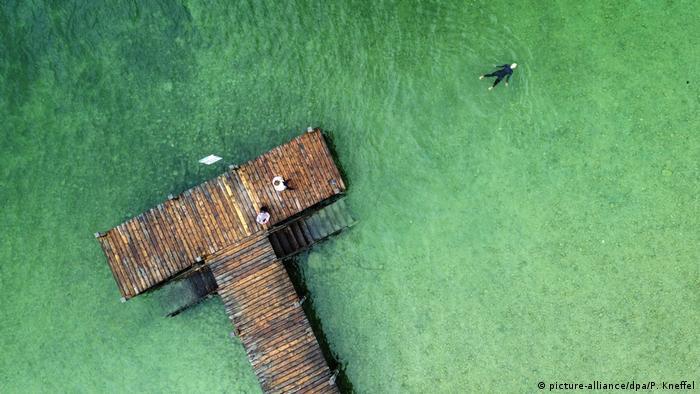 Una mujer nada en las aguas del lago Starnberger, en Baviera, uno de los más bellos de Alemania. La gente todavía no llega en masa al lugar, y los hoteles acaban de reabrir sus puertas. La naturaleza también se ha recuperado allí gracias a la pandemia, pero es probable que esta tranquilidad no dure demasiado. A finales de junio se verá cuántos turistas regresan para nadar y vacacionar en el lago.