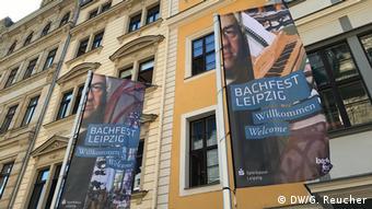 Bachfahnen vor Häuserreihe zum Bachfest 2019 | Symbolbild