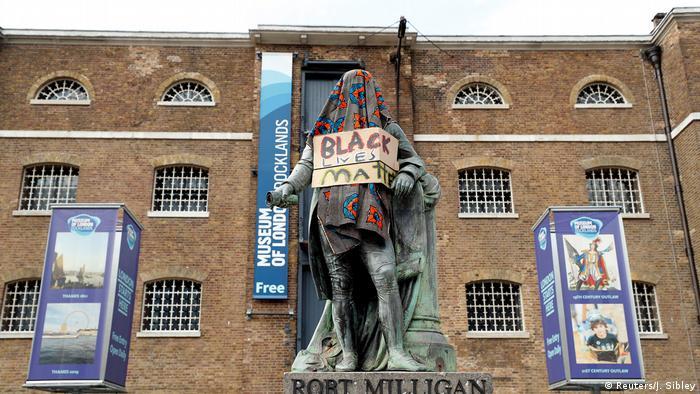 Großbritannien London   Protest gegen Rassismus   Statue von Robert Milligan
