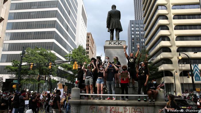 Протестующие в Атланте у монумента Генри Грейди
