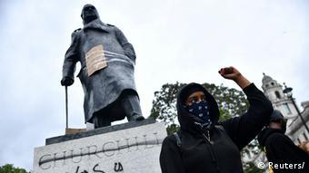 Постамент памятника Черчиллю был осквернен надписью был расистом