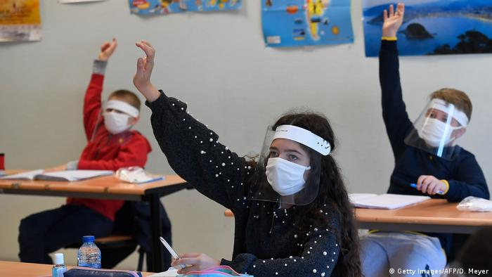 Frankreich | Gesichts-Visier als Schutz vor dem Coronavirus (Getty Images/AFP/D. Meyer)