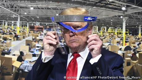USA | Trump mit Gesichts-Visier als Schutz vor dem Coronavirus (pictrure-alliance/AP Photo/Detroit News/D. Mears)