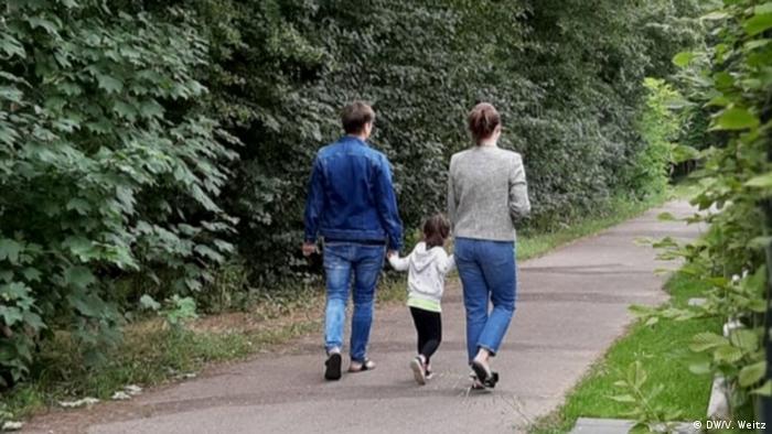 Лера и Катя гуляют с дочкой