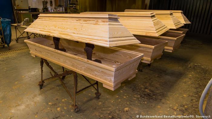 Proste sosnowe trumny bez ozdób do pochówku kremacyjnego