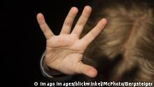 Kind wehrt sich mit ausgestreckten Armen - girl resists someone BLWX095909 Copyright: xblickwinkel/McPhotox/FotoxBegsteigerx