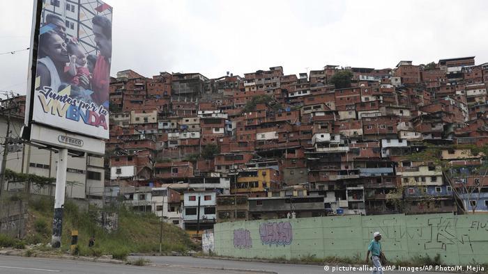 """""""Juntos por la vivienda"""", reza este cartel con Nicolás Maduro en una de las calles de Petare"""