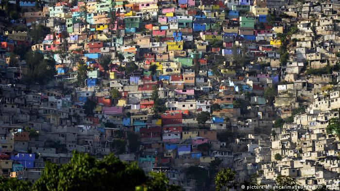 Barrio en Puerto Príncipe, capital de Haití, con muchas fachadas pintadas de colores