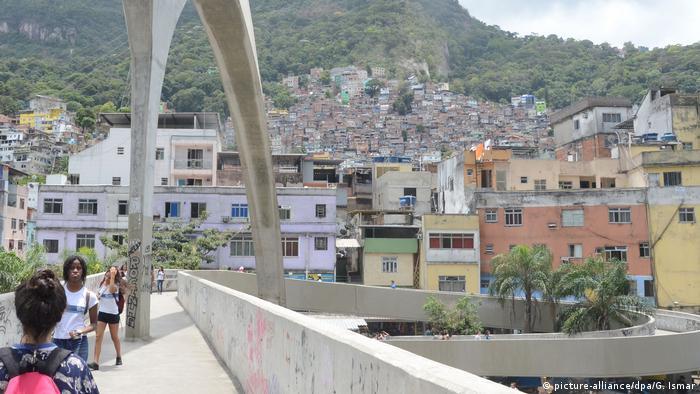 La favela de Rocinha, unida al resto de la ciudad de Río de Janeiro por el puente de Oscar Niemeyer.
