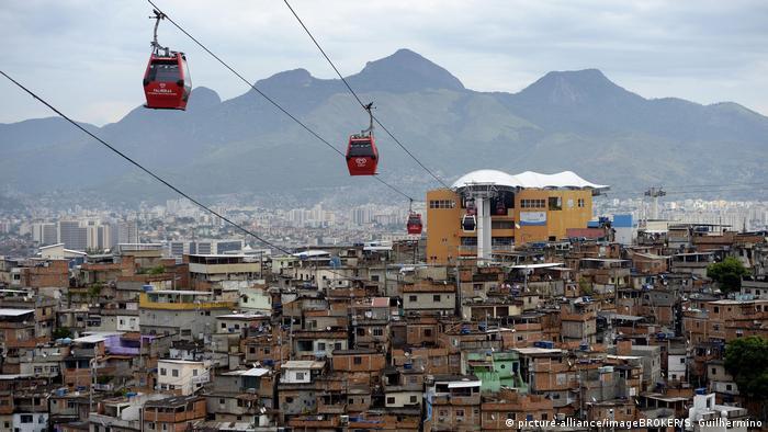 Brasilien Favela Complexo do Alemao, eine Seilbahn verbindet mehrere bebaute Hügel