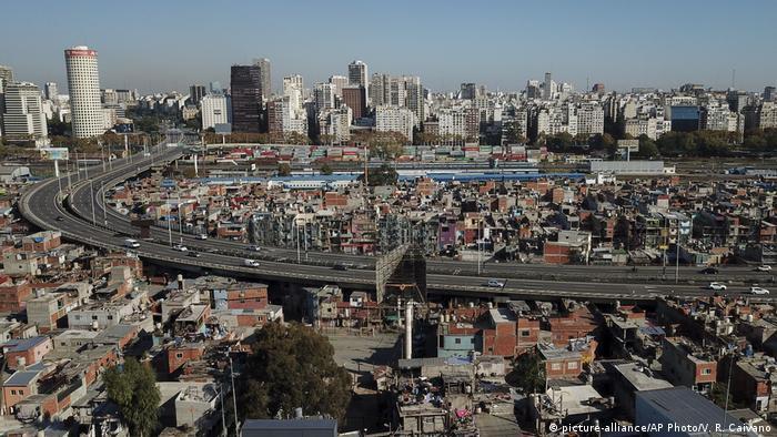 La Villa 31 de Buenos Aires, elevada inicialmente de forma irregular sobre terrenos pertenecientes al ferrocarril, fue regularizada como un nuevo barrio recientemente
