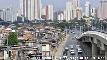 Die Favela Paraisópolis vor modernen Wolkenkratzern, Kontrast, Stadtteil Morumbi, Sao Paulo, Brasilien, Südamerika | Verwendung weltweit, Keine Weitergabe an Wiederverkäufer.