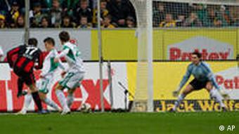 Berlins Theofanis Gekas (li.) schießt das 1:0 gegen Wolfsburg (Foto: apn)