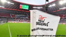 Allianz Arena, Eckfahne mit Aufschrift ''Rot gegen Rassismus, BlackLivesMatter'', Protest gegen den Tod von George Floyd, der bei einem Polizeieinsatz in Minneapolis (USA) ums Leben kam Muenchen, 10.06.2020, Fussball, DFB-Pokal, Halbfinale, FC Bayern Muenchen - Eintracht Frankfurt | Verwendung weltweit