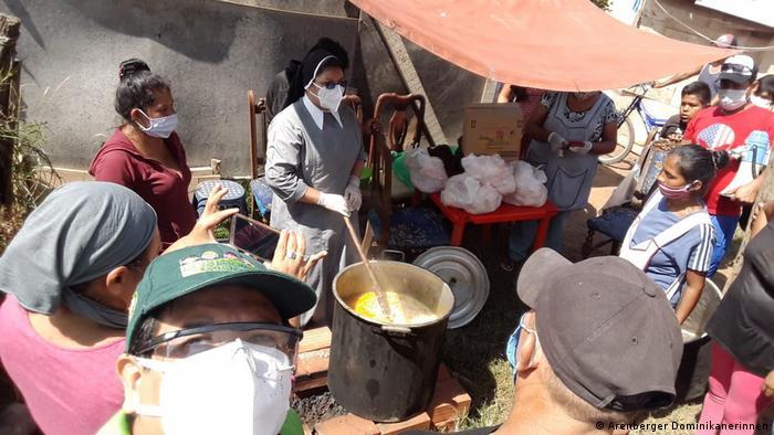 La hermana Rosa María y sus ayudantes cocinan para personas necesitadas en barrios de Santa Cruz.