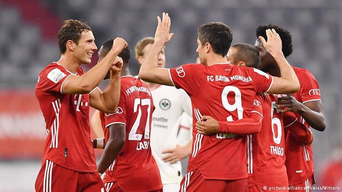 لاعبو بايرن يحتفلون بالتأهل إلى نهائي كأس ألمانيا (11.06.20).