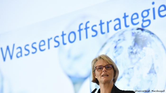 وزيرة البحوث الألمانية في مؤتمر لعرض استراتيجية الهيدروجين للحكومة الألمانية