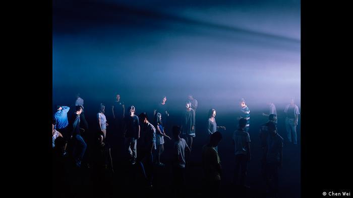 Menschen in einem dunklen Raum mit Nebenschwaden, Foto von Chen Wei (Chen Wei)