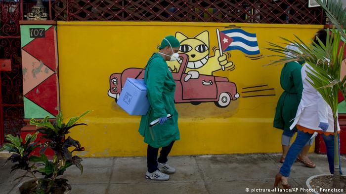 Personas con mascarilla en La Habana, Cuba.