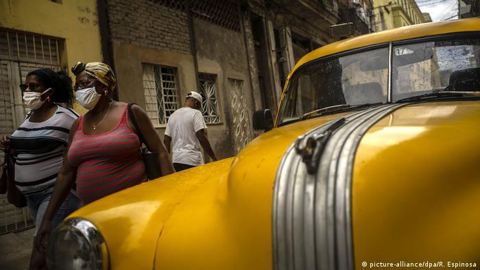 Mulheres de máscara em Cuba