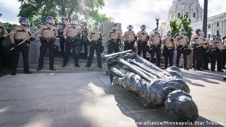 USA | Tod George Floyd | Rassismus | Polizeigewalt | Black Lives Matter | Gestürzte Kolumbus-Statue in St. Paul (picture-alliance/Minneapolis Star Tribune)