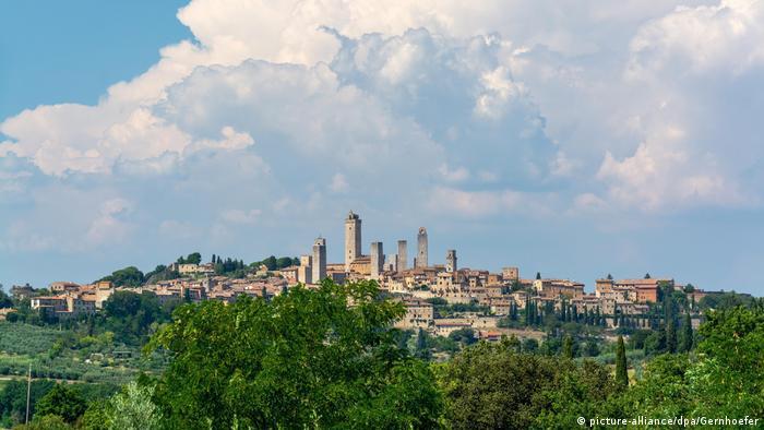 Blick auf die Kleinstadt San Gimignano in der Provinz Siena in der italienischen Toskana