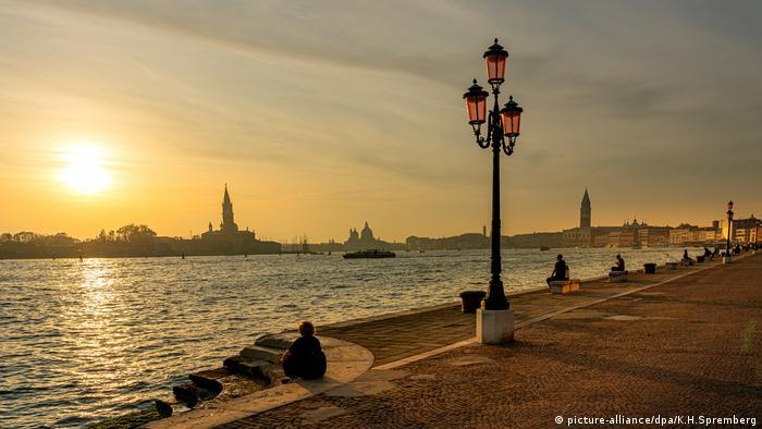 Veneţia, în aşteptarea turiştilor (picture-alliance/dpa/K.H.Spremberg)