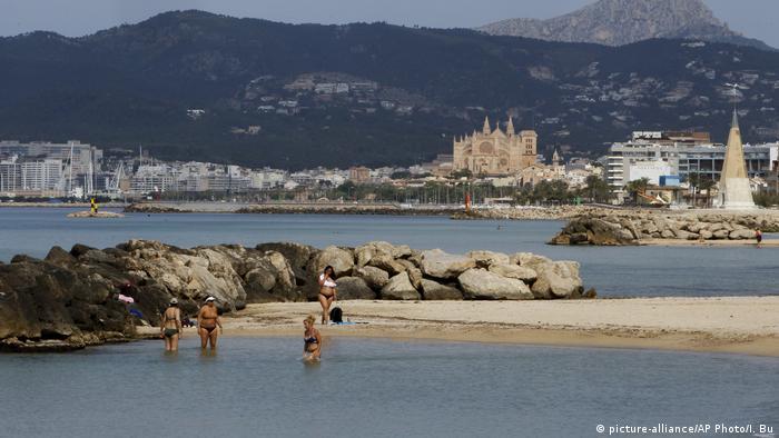 Sandbucht in Palma de Mallorca mit Blick auf die Kathedrale der Inselhauptstadt