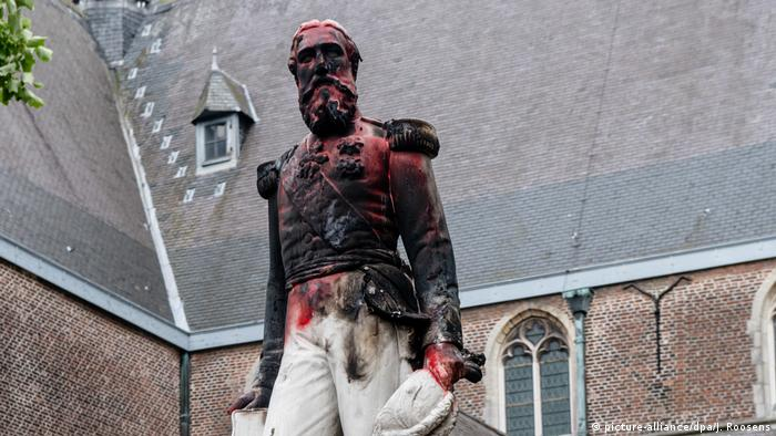 A vandalised statue of Leopold II of Belgium (picture-alliance/dpa/J. Roosens)