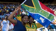 Fußballanhänger mit Südafrikafahne im Newlands Stadion in Kapstadt, Südafrika, Afrika | Verwendung weltweit, Keine Weitergabe an Wiederverkäufer.