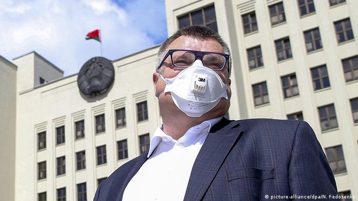 Виктор Бабарико на фоне Дома правительства в Минске
