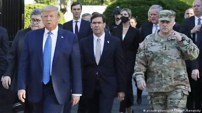 Trump, ministro da Defesa dos EUA, Mark Esper, e general Mark Milley durante caminhada rumo à igreja de St. John