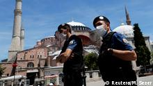 Türkei Istanbul | Polizeieinheiten mit Mundschutz an der Hagia Sophia