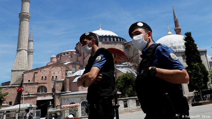 Türkei Istanbul | Polizeieinheiten mit Mundschutz an der Hagia Sophia (Reuters/M. Sezer)
