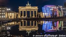 dpatopbilder - 11.06.2020, Berlin: Das Brandenburger Tor spiegelt sich in einer Regenpfütze (Langzeitbelichtung). Foto: Paul Zinken/dpa-zb-Zentralbild/dpa +++ dpa-Bildfunk +++ | Verwendung weltweit