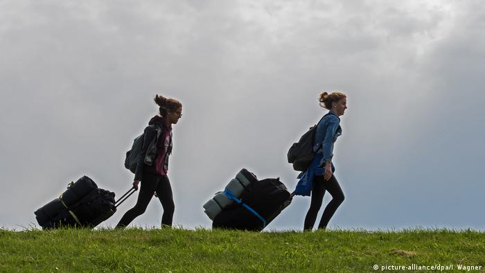 two young women with trolley bags on the island Spiekeroog, Germany (picture-alliance/dpa/I. Wagner)