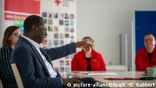 19.05.2020, Sachsen-Anhalt, Halle (Saale): SPD-Bundestagsabgeordneter Karamba Diaby spricht mit Mitarbeitern einer Einsatzstelle der DRK-Freiwilligendienste Sachsen-Anhalt und mit einer Freiwilligensozialdienstleistenden. Der Politiker besuchte das DRK in seiner Heimatstadt, um sich über die Arbeit von Mitarbeitern und Freiwilligensozialdienstleistenden zu informieren. Foto: Klaus-Dietmar Gabbert/dpa-Zentralbild/ZB | Verwendung weltweit