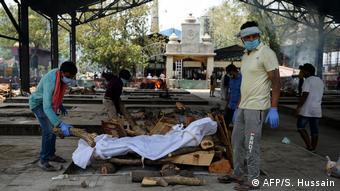 В Нью-Дели родственники умершего от COVID-19 самостоятельно проводят кремацию