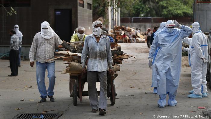 Робочий у Нью-Делі везе дрова для крематорію, де спалюють тіла померлих від коронавірусу