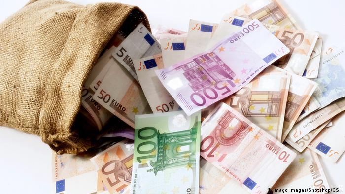 Foto ilustrasi karung berisi uang euro