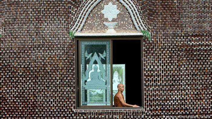 Thailand | Tempel aus Flaschen: Wat Lan Khuad (picture-alliance/dpa/R. Yongrit)