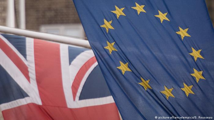 The EU and UK flags (picture-alliance/empics/S. Rousseau)
