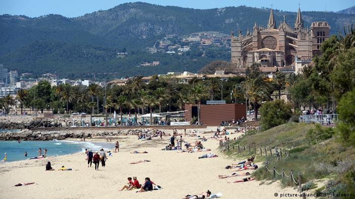 Strand von Es Portixol und die Kathedrale der Heiligen Maria, Palma, Mallorca, Spanien (picture-alliance/ZB/J. Kalaene)