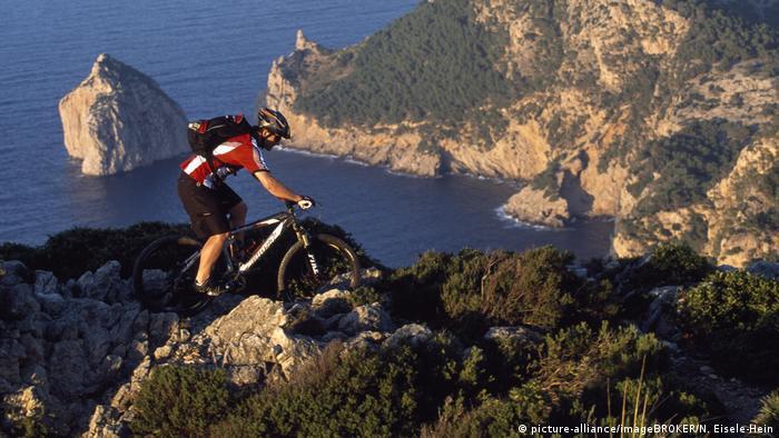 Mountainbiker im Tramuntana-Gebirge samt Meerblick, Mallorca, Spanien (picture-alliance/imageBROKER/N. Eisele-Hein)